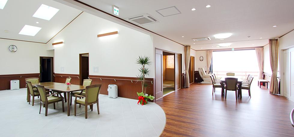 高台のロケーションを活かした、自然の陽光あふれる介護施設
