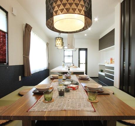 畳ダイニングでおもてなしの料理をふるまう家