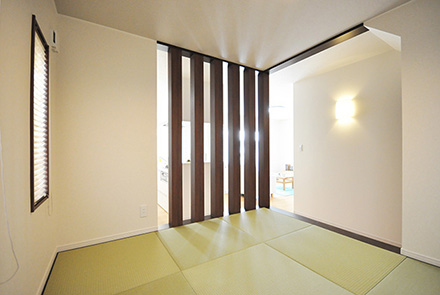 憧れの新居でホームパーティを楽しむ、光溢れる住まい