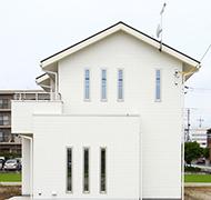 スタイリッシュなデザインと、時を経ても色褪せない趣の家。