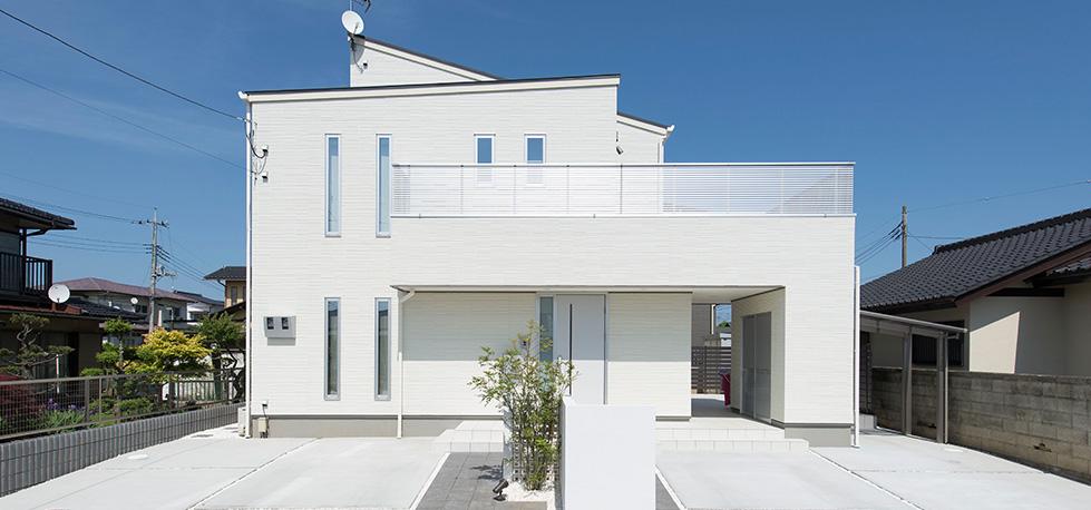 青空に映えるシンプルモダン住宅
